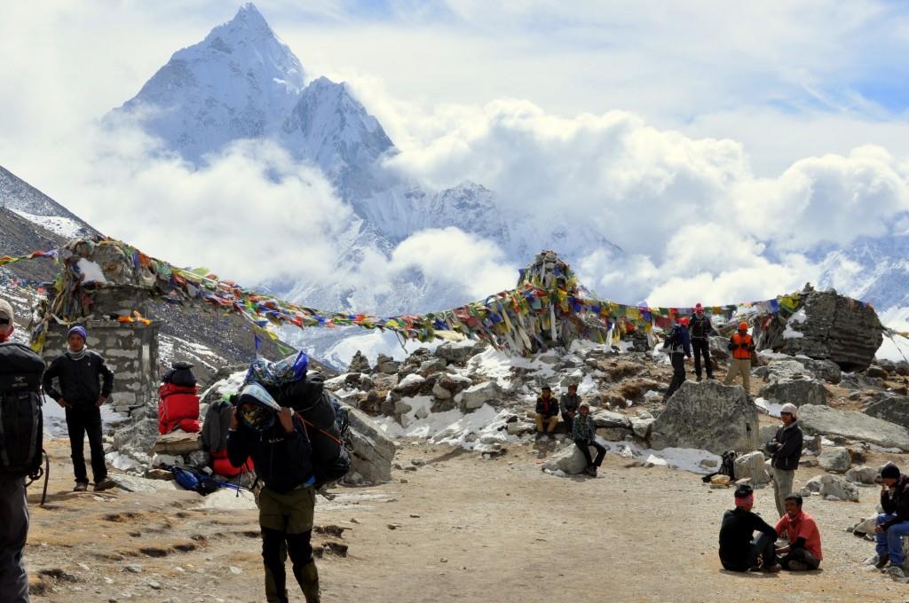 Col de Thokla (4830m) et Ama Dablam (6856m) au dessus des nuages