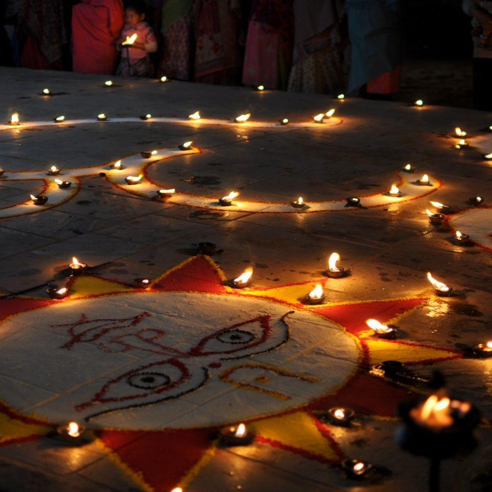Bhaktapur, bougies et dessin de célébration de la pleine lune
