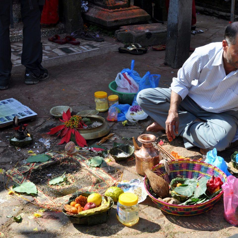 Temple de Changu Narayan, homme préparant des offrandes