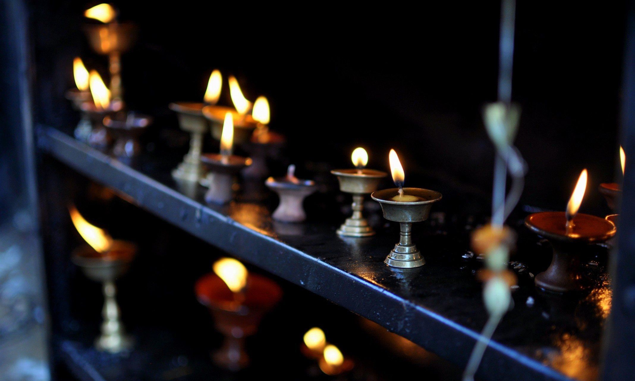 Katmandou, temple de Swayambhunath. Lampes à beurre