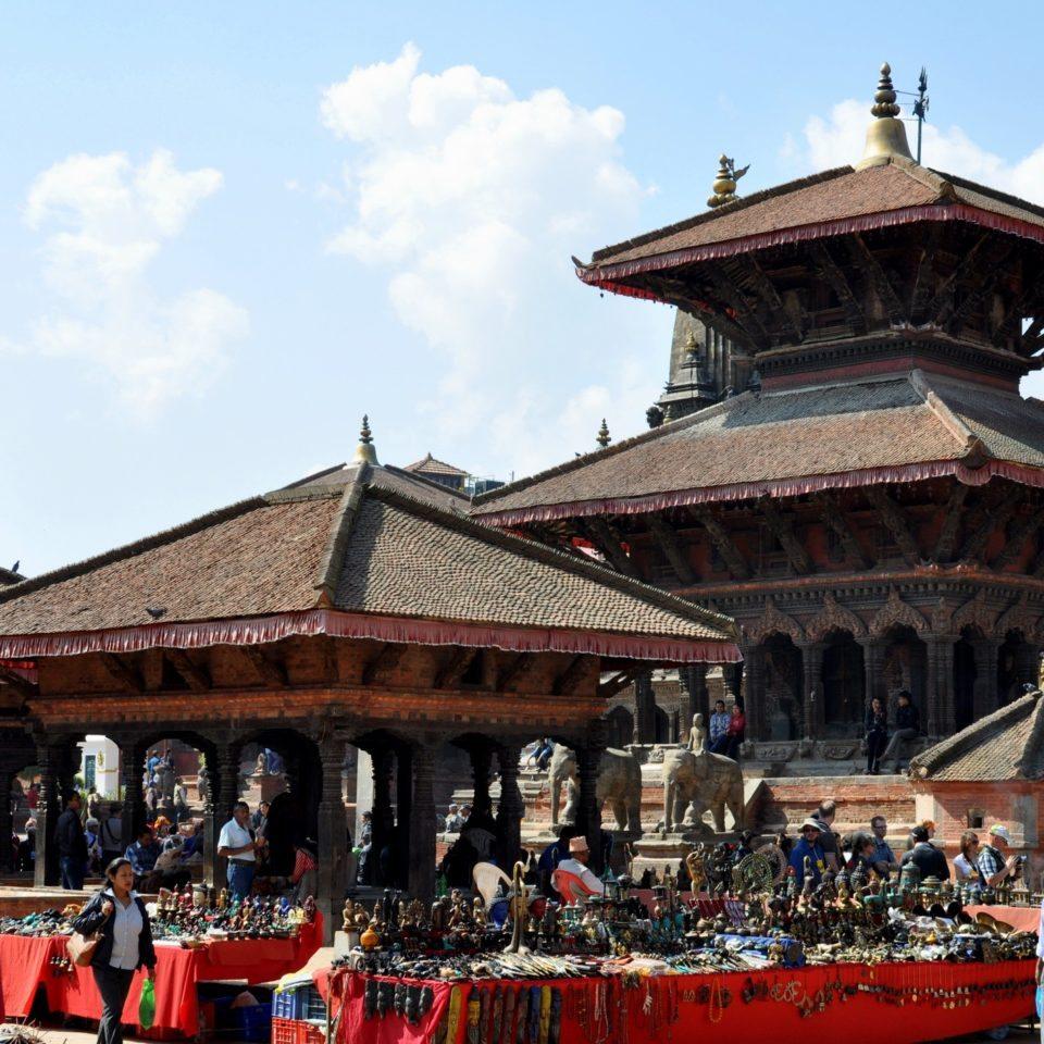 Patan, Durbar Square. Echoppes devant le temple de Vishwanath