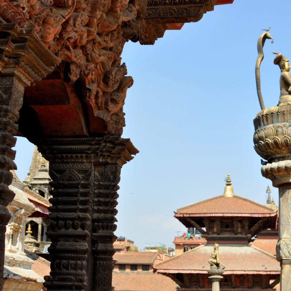 Patan, Durbar Square. Statue du roi Yoganarendra Malla