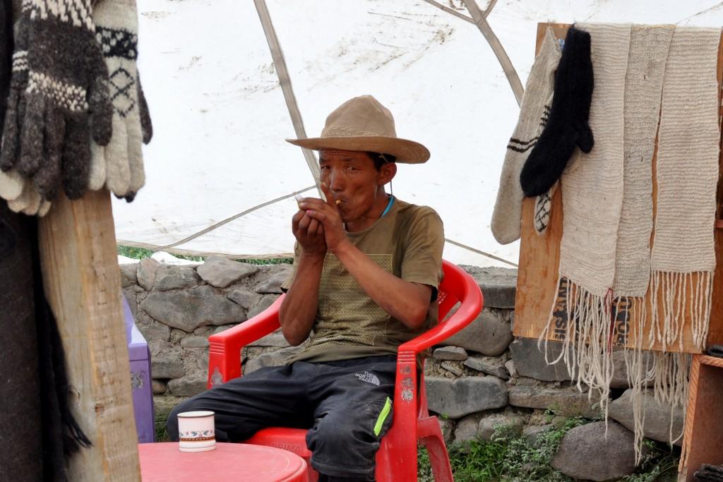 Dresseur de chevaux pendant la pause, tente parachute vers le village de Rumbak