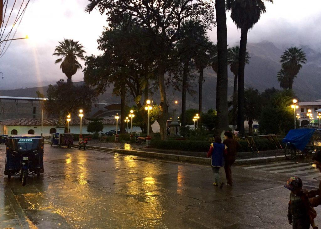 Caraz, Plaza des Armas sous l'orage, et les rues se transforment en torrents